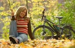 Muchacha de la belleza con la bici. Foto de archivo