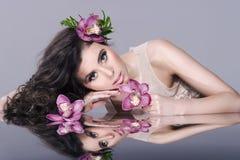 Muchacha atractiva de la belleza con las flores Fotos de archivo