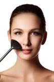 Muchacha de la belleza con los cepillos del maquillaje Natural compense la morenita Wo imagen de archivo libre de regalías