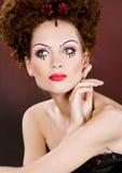 Muchacha de la belleza con maquillaje coloreado brillante Imágenes de archivo libres de regalías