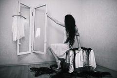 Muchacha de la belleza cuting su pelo en sitio vacío del temor Foto de archivo libre de regalías