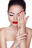 Muchacha de la belleza de la moda. Labios rojos. Componga. Clavos Manicured. Atraiga fotos de archivo libres de regalías