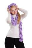 Muchacha de la belleza en bufanda púrpura. fotos de archivo