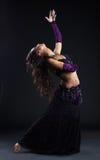 Muchacha de la belleza en danza árabe oriental del traje Fotos de archivo