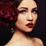 Muchacha de la belleza en joyería y maquillaje Fotos de archivo libres de regalías