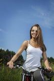 Muchacha de la belleza en la bici Foto de archivo
