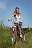Muchacha de la belleza en la bici en día de verano Fotografía de archivo libre de regalías