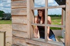 Muchacha de la belleza en la ventana. Foto de archivo libre de regalías