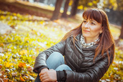 Muchacha de la belleza en parque del otoño Foto de archivo