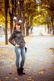 Muchacha de la belleza en parque del otoño Fotografía de archivo