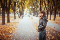 Muchacha de la belleza en parque del otoño Imágenes de archivo libres de regalías