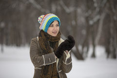 Muchacha de la belleza en parque escarchado del invierno outdoors Copos de nieve del vuelo Fotografía de archivo