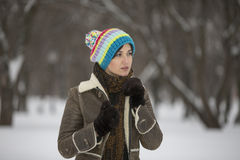 Muchacha de la belleza en parque escarchado del invierno outdoors Copos de nieve del vuelo Imágenes de archivo libres de regalías