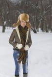 Muchacha de la belleza en parque escarchado del invierno outdoors Copos de nieve del vuelo Fotografía de archivo libre de regalías