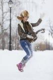 Muchacha de la belleza en parque escarchado del invierno outdoors Copos de nieve del vuelo Fotos de archivo libres de regalías