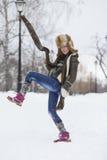 Muchacha de la belleza en parque escarchado del invierno outdoors Copos de nieve del vuelo Fotos de archivo