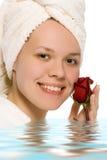 Muchacha de la belleza en toalla Fotos de archivo libres de regalías