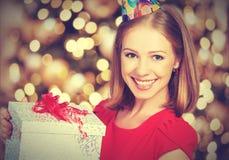 Muchacha de la belleza en vestido rojo con la caja de regalo al cumpleaños o al día de tarjeta del día de San Valentín Imágenes de archivo libres de regalías