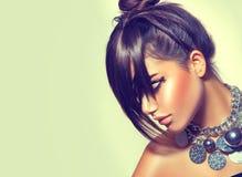 Muchacha de la belleza de la moda Retrato moreno magnífico de la mujer Corte de pelo y maquillaje elegantes de la franja imagen de archivo libre de regalías
