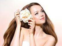 Muchacha con la flor de Rose Imagen de archivo