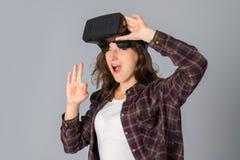Muchacha de la belleza que prueba los vidrios de la realidad virtual Imágenes de archivo libres de regalías