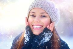 Muchacha de la belleza que se divierte en parque del invierno Fotos de archivo libres de regalías