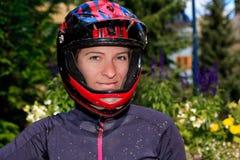 Muchacha de la bici de montaña foto de archivo libre de regalías
