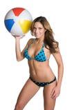 Muchacha de la bola de playa fotos de archivo libres de regalías
