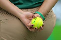 Muchacha de la bola que sostiene la pelota de tenis de Wilson durante el partido de la Río 2016 Juegos Olímpicos en el centro olí Fotografía de archivo
