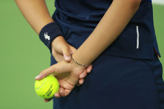 Muchacha de la bola que sostiene pelotas de tenis en Billie Jean King National Tennis Center durante el US Open 2016 Imagen de archivo