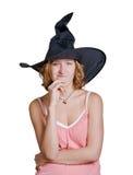 Muchacha de la bruja en un sombrero negro de víspera de Todos los Santos fotos de archivo libres de regalías
