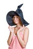 Muchacha de la bruja en un sombrero negro de víspera de Todos los Santos imagenes de archivo