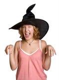 Muchacha de la bruja en un sombrero negro del haloween fotografía de archivo
