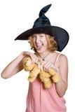 Muchacha de la bruja en un sombrero negro del haloween con el oso de peluche imágenes de archivo libres de regalías