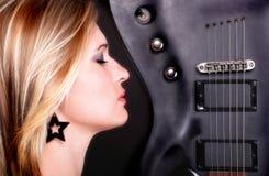 Muchacha de la cara del perfil y mujer atractivas de la guitarra Fotos de archivo libres de regalías