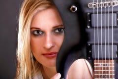 Muchacha de la cara y mujer atractivas de la guitarra Imagen de archivo libre de regalías