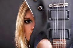 Muchacha de la cara y mujer atractivas de la guitarra Imagenes de archivo