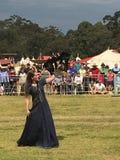 Muchacha de la cetrería con el águila australiana fotografía de archivo libre de regalías