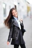 Muchacha de la ciudad - sonrisa urbana moderna de la mujer feliz Foto de archivo
