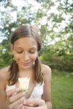 Muchacha de la comida campestre que detiene a Rose blanca Imagen de archivo libre de regalías