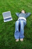 Muchacha de la computadora portátil Imagen de archivo libre de regalías