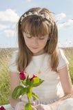 Muchacha de la comunión con una rosa Fotografía de archivo libre de regalías