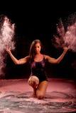 Muchacha de la danza de Contemporay que lanza el polvo rosado fotografía de archivo
