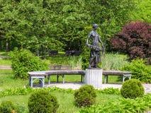 Muchacha de la escultura con una guirnalda Fotos de archivo