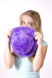 Muchacha de la expresión que mira sobre el sombrero púrpura Imagenes de archivo