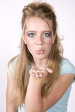 Muchacha de la expresión que sopla un maquillaje que desgasta del beso Foto de archivo libre de regalías