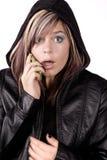 Muchacha de la expresión sorprendida en el teléfono Imagenes de archivo