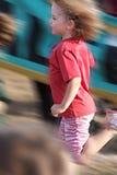 Muchacha de la falta de definición de movimiento en una raza Fotos de archivo