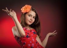 Muchacha de la felicidad en estudio con la flor en pelo Imagenes de archivo