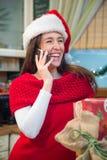 Muchacha de la feliz Navidad que habla en el teléfono celular Foto de archivo libre de regalías